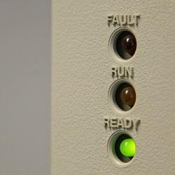 Das Bild zeigt die drei Kontroll-Lämpchen eines Gaschromatographen. Die Ready-Lampe leuchtet grün: Messbereit.